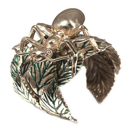 Création Bernard Delettrez,  Bracelet manchette fourmi géante en bronze sur une feuille.
